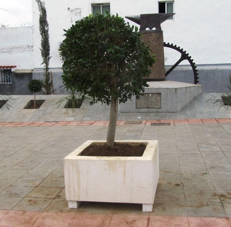 fabricado en hormign con estructura interna de acero para darle y durabilidad frente al vandalismo al llevar patitas es idnea para ser
